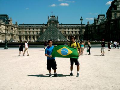 Eu e meu irmão em frente ao Louvre, Paris.