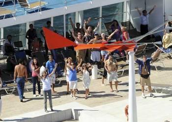 Passageiros do navio acenam para o helicóptero